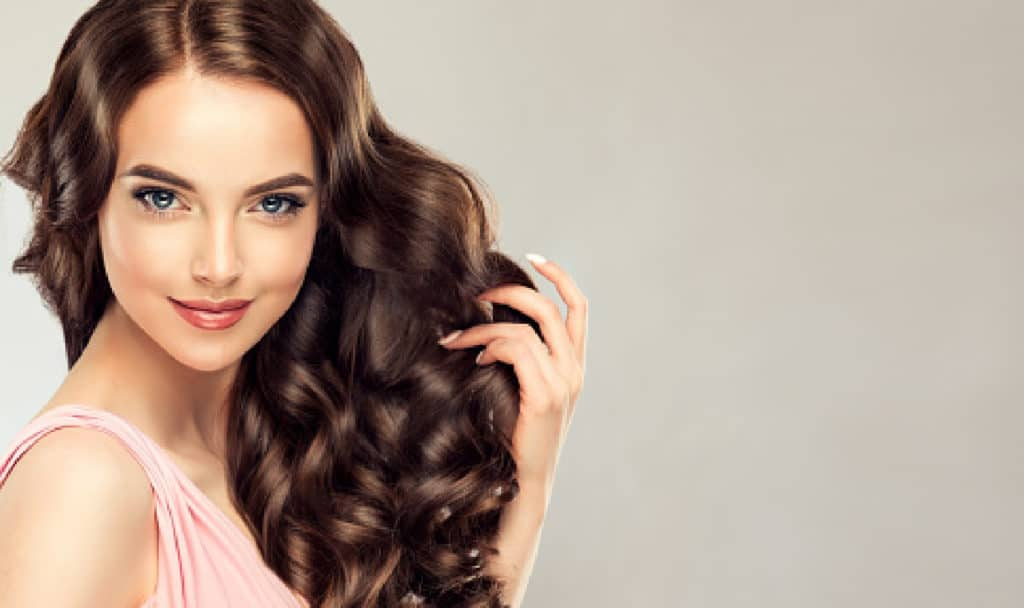 Kaolin clay vs. Bentonite clay for hair: which is really the best? Well, that depends on your hair's needs! Find out the answer in our guide!