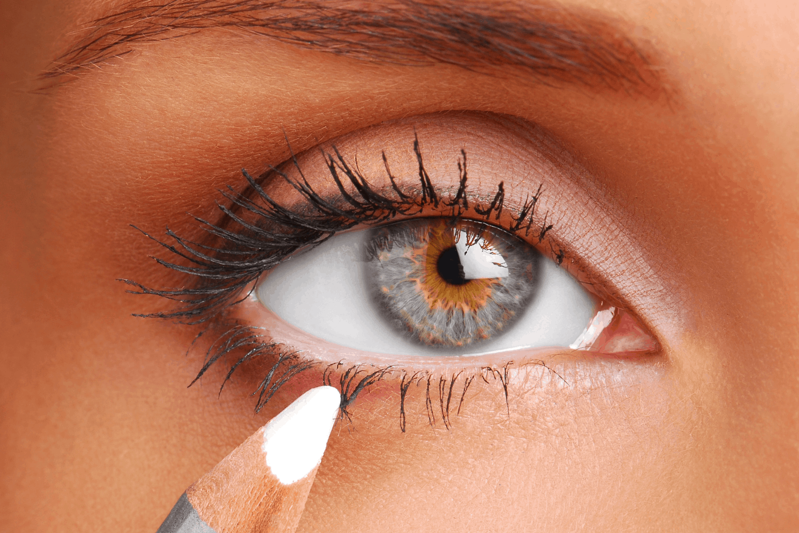 Close-up shot of beautiful eyes to wear a white eyeliner: how to wear white eyeliner?