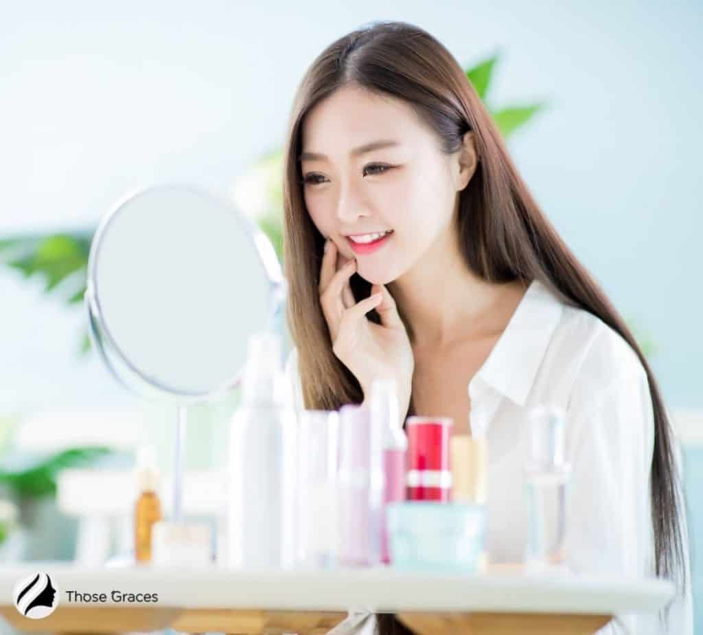 Korean lady looking at the mirror: how do Koreans take care of their eyes?