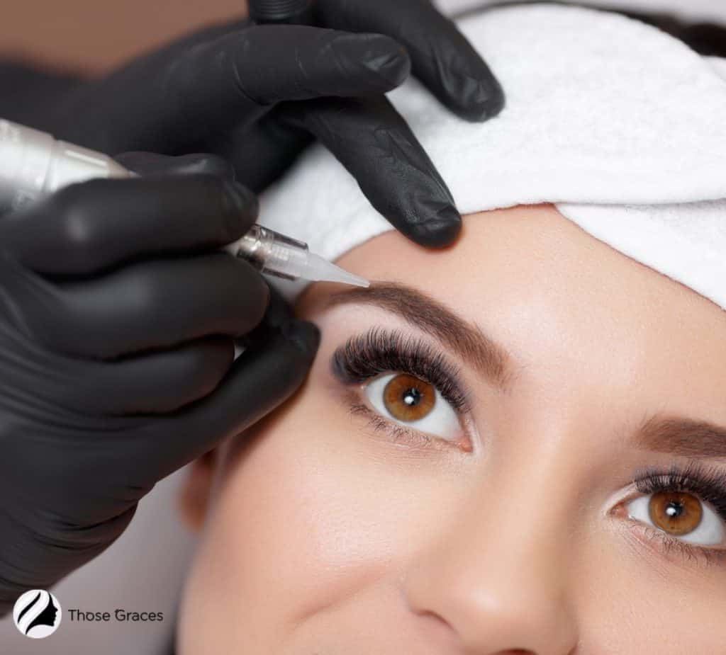 putting permanent tattoo eyebrow to a lady but how long does permanent makeup last?