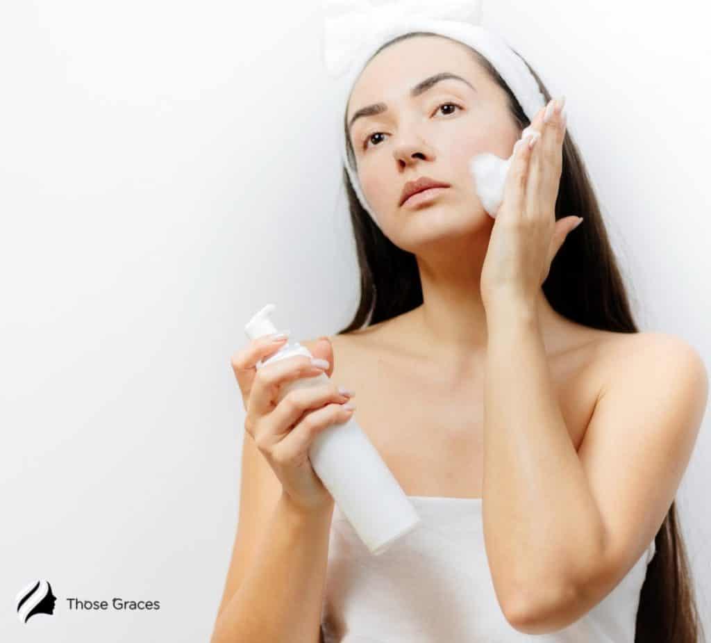 woman using foam cleanser (gel vs foam cleanser)
